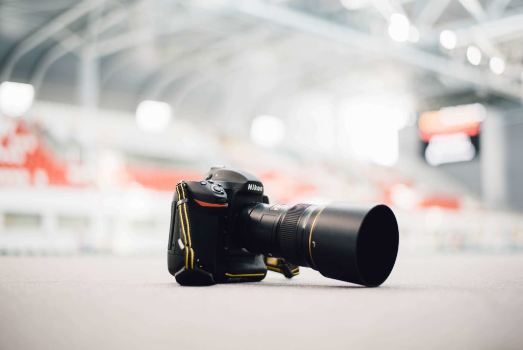 Image of a DSLR with telephoto lens in DSLR vs. mirrorless debate